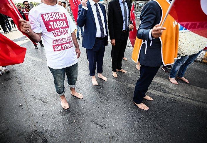Kamu Çalışanları Hak Sendikaları Konfederasyonu (HAK-SEN) üyesi bir grup, kamu çalışanlarının hak kayıplarına dikkati çekmek amacıyla çıplak ayakla Taksim Meydanı'na geldi.