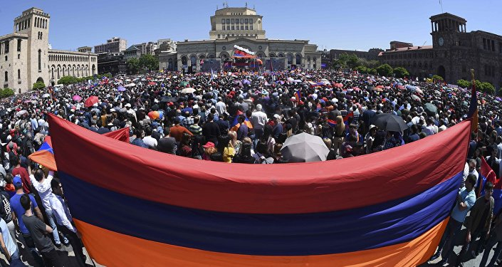 Başkent Yerevan'da muhalif lider Paşinyan'ın destekçileri başbakanlık seçiminin sonuçlarını meydanda bekliyor
