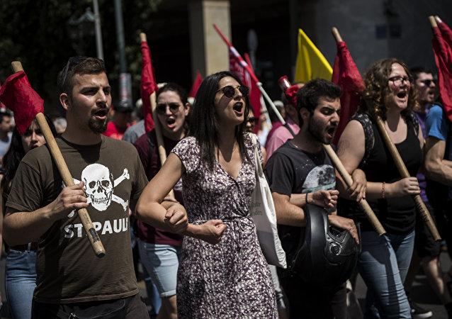 Binlerce Yunan başkent Atina'da en az 3 farklı 1 Mayıs gösterisi için yürüdü. Kentte toplu ulaşım hizmeti azaltılırken trenler ve feribotlar çalışmadı. Müzeler de 1 Mayıs nedeniyle kapalı.