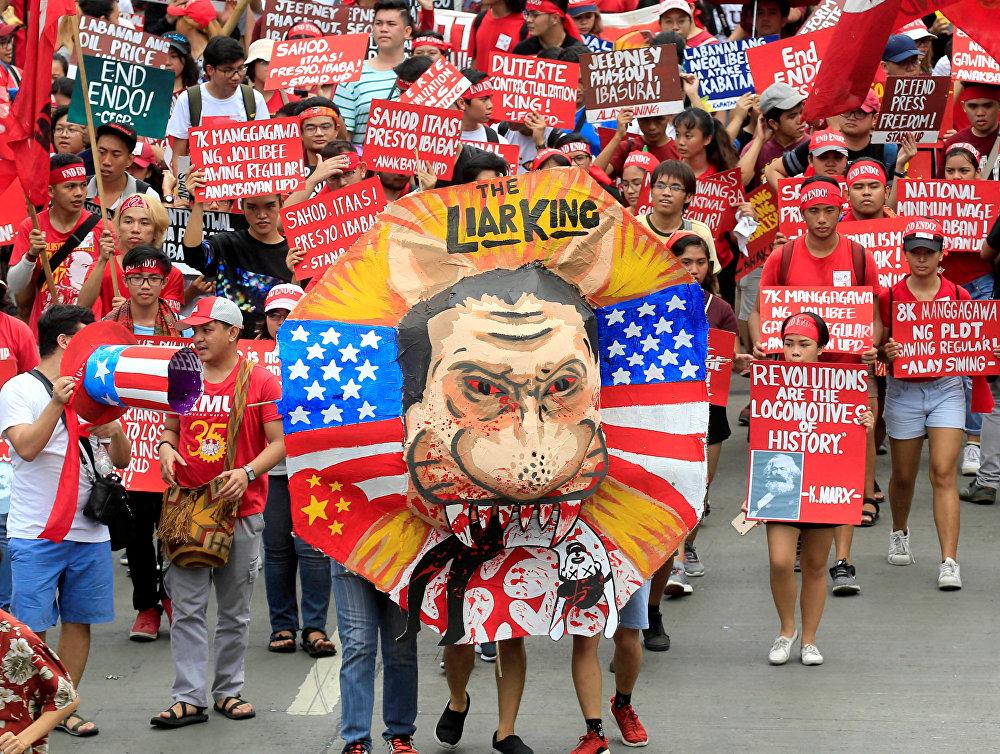 Filipinler'de de çeşitli gruplara mensup yaklaşık 5.000 kişi başkent Manila'da kısa vadeleri işe alım sözleşmelerine son vereceğini açıklayan ancak başarısız olan Devlet Başkanı Rodrigo Duterte'yi protesto etti. Katılımcılar hükümetten düşük ücret, işsizlik ve sendikalara yönelik baskılar konularında çözüm istedi.