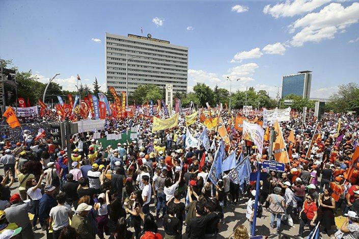 1 Mayıs Emek ve Dayanışma Günü, Ankara'da bazı siyasi parti, sendika ve sivil toplum kuruluşları üyelerinin katılımıyla Anadolu Meydanı'nda kutlandı.