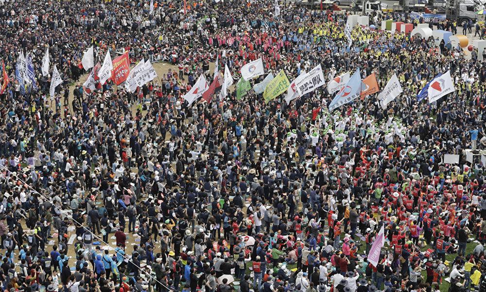 Güney Kore'de de binlerce sendika üyesi başkent Seul'de 1 Mayıs eylemine katıldı.   Katılımcıların  hükümete yönelik temel talepleri arasında saatlik asgari ücretin 10.000 won'a yani yaklaşık 9 buçuk dolara yükseltmesi de vardı. Polis rakamlarına göre gösteriye yaklaşık 10.000 kişi katıldı.