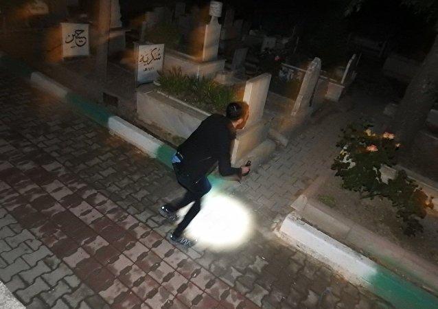 Polis, geceleri mezarlığa gelen kızın peşinde