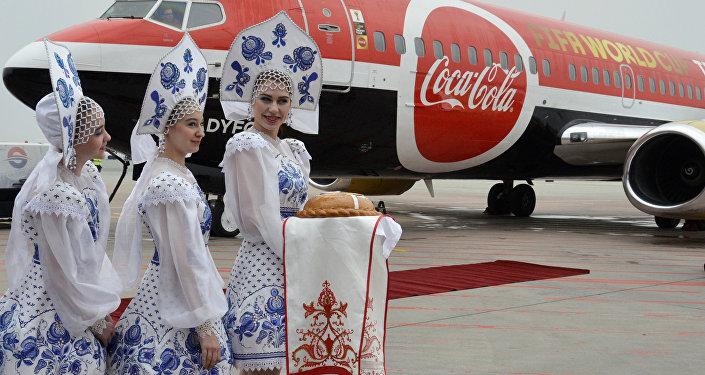 Dünya Kupası Vladivostok'ta dostluğu temsil eden Rus geleneği çerçevesinde ekmek ve tuz ikram edilerek ve su takıyla karşılandı.