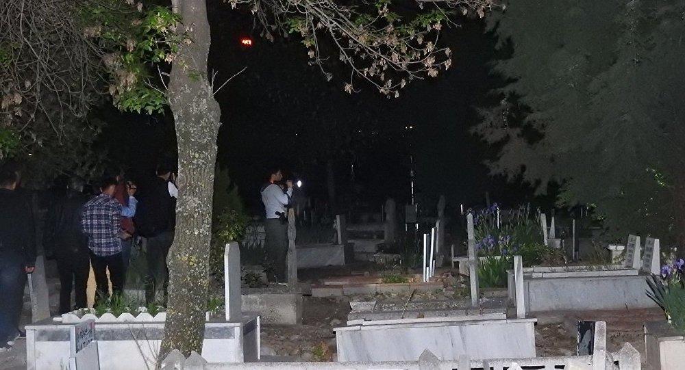 Gizemli kızın görüldüğü mezarlığa akın edenler, polise zor anlar yaşattı