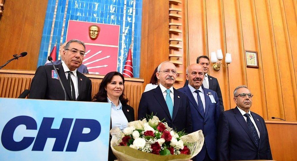 MHP'den istifa ederek CHP'ye katılanlara rozet takıldı.