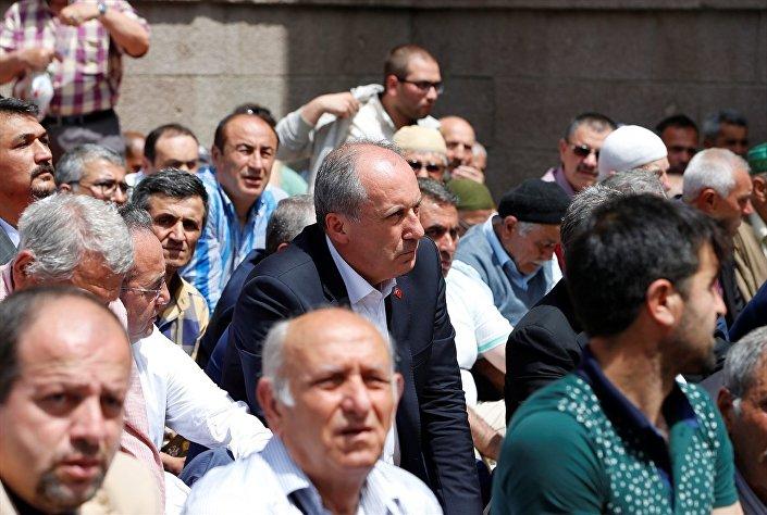 Anadolu Ajansı (AA), Muharrem İnce'yi Hacı Bayram-ı Veli Camisi'nde cuma namazı kılarken görüntüledi.