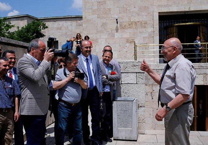 CHP'nin cumhurbaşkanı adayı ve Yalova Milletvekili Muharrem İnce, basın toplantısı öncesi gazetecilerle sohbet etti ve Milliyet Gazetesi Foto Muhabiri Mustafa İstemi'nin kamerasını alarak fotoğrafını çekti.
