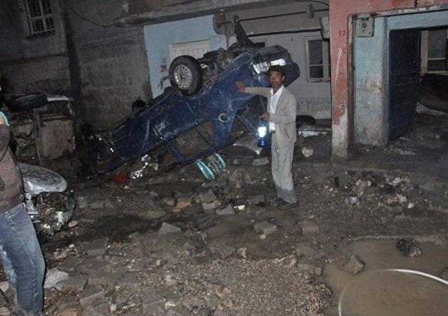 Şanlıurfa'nın Birecik ilçesinde ekili olan sağanak, su baskınlarına neden oldu.