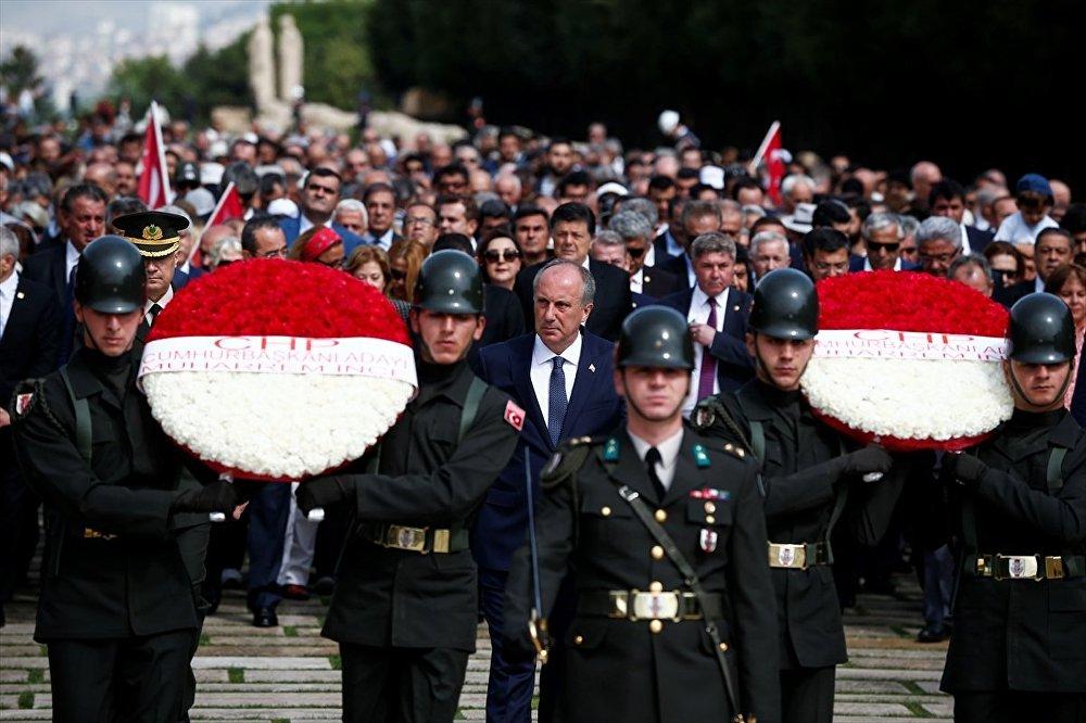 CHP'nin cumhurbaşkanı adayı Muharrem İnce, beraberindeki heyetle Anıtkabir'i ziyaret etti.