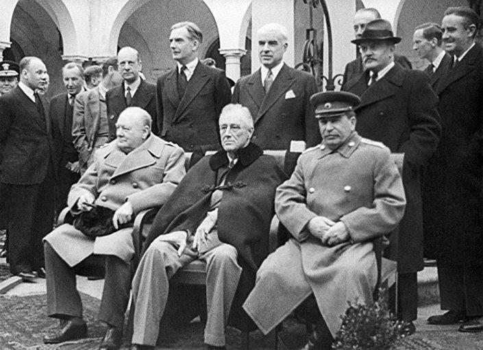 Josef Stalin, Winston Churchill ve Franklin D. Roosevelt Yalta'daki Kırım Konferansı'nda