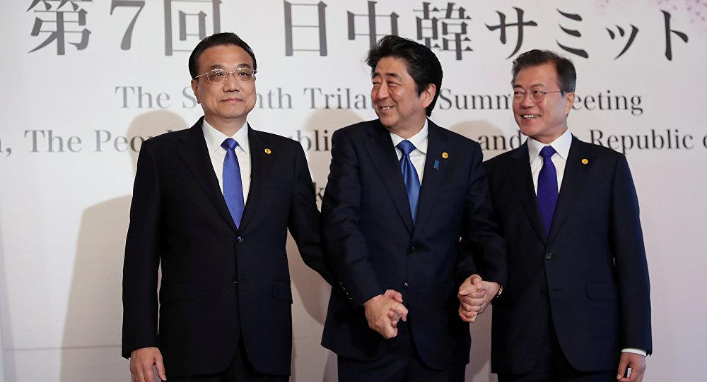 Çin Başbakanı Li Kıçiang, Japonya Başbakanı Şinzo Abe  ve Güney Kore Başbakanı Moon Jae-in tokyo'daki üçlü zirvede el ele