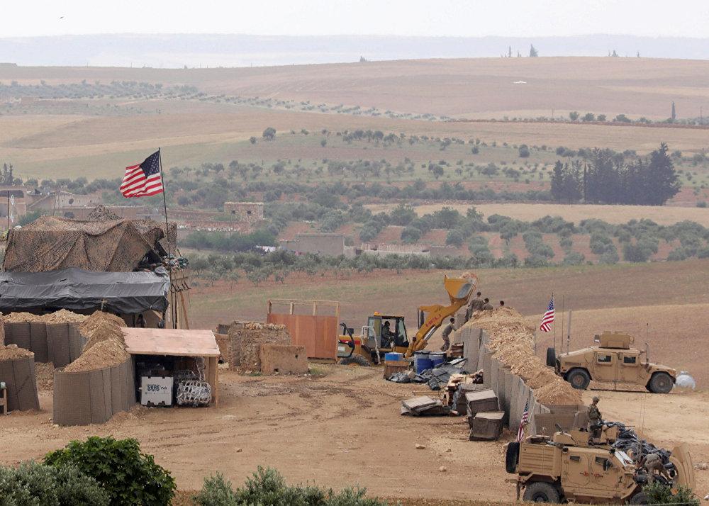 ABD'nin Suriye'nin kuzeyindeki Menbiç'te 3 ay önce kurduğu yeni üssün fotoğraflarını uluslararası haber ajansları paylaştı.