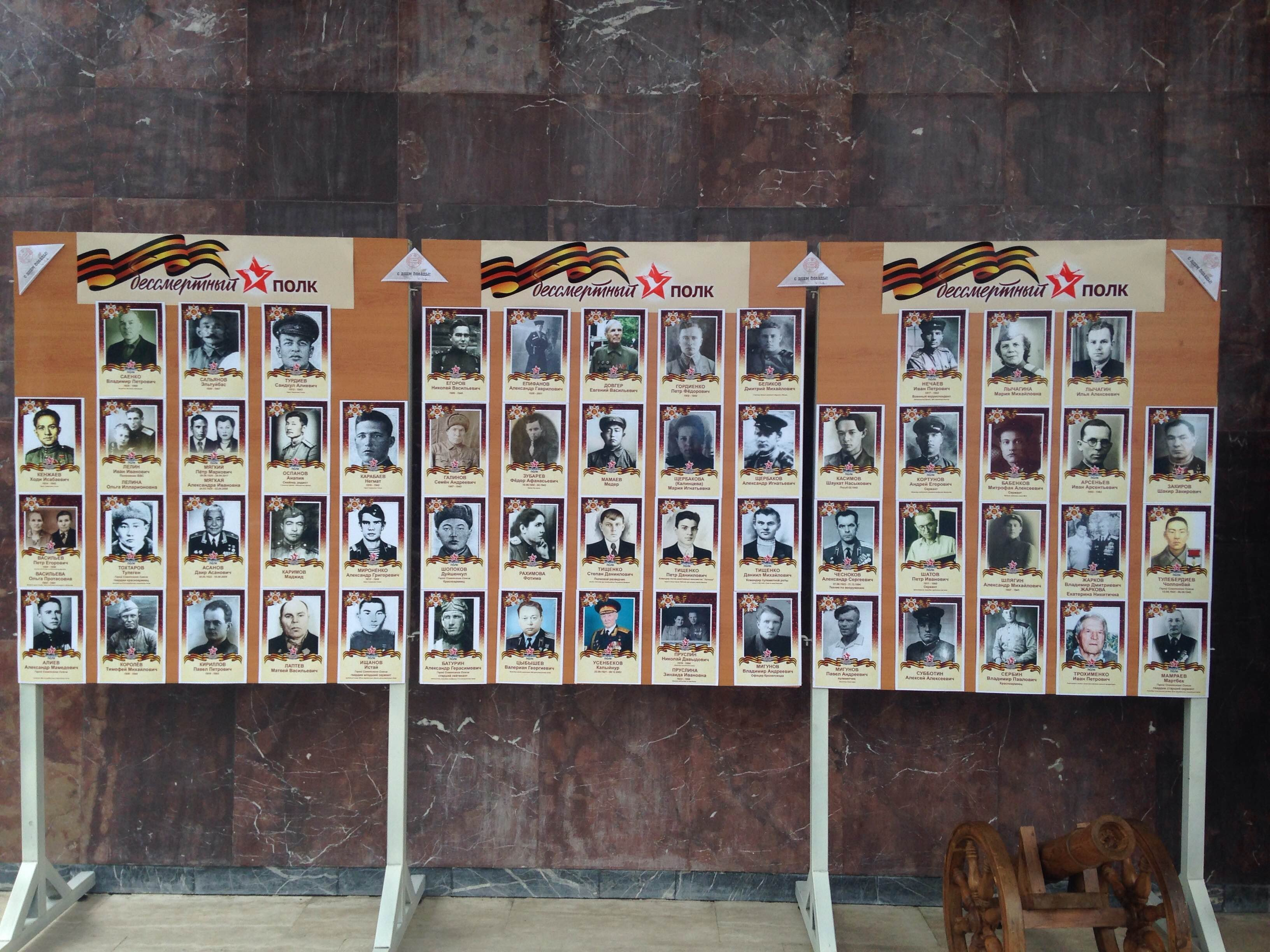 Rusya Büyükelçiliği binasının girişinde İkinci Dünya Savaşı'nda yaşamını yitiren elçilik çalışanlarının dedelerinin resimleri yer aldı