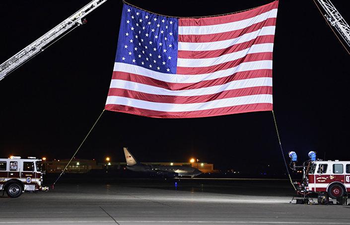 Karşılama sırasında kullanılan devasa ABD bayrağı