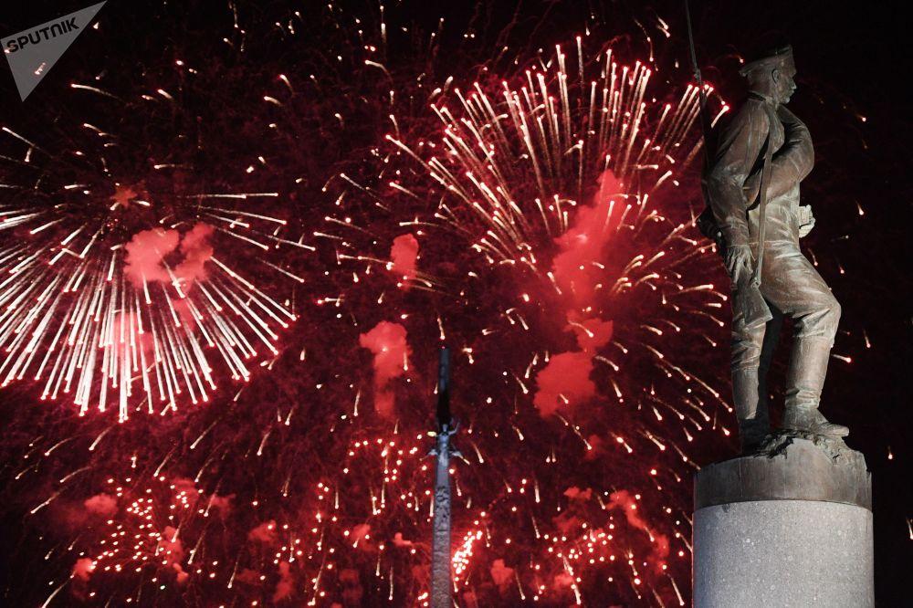 Rusya'daki Zafer Günü kutlamalarında havai fişek gösterisi