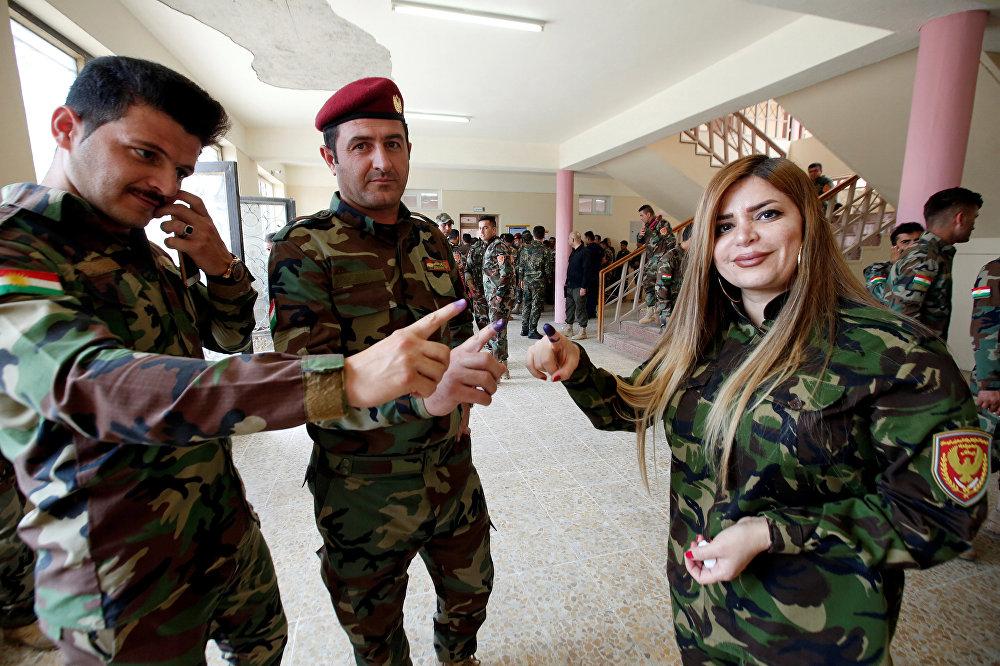 Irak'ta IŞİD'e karşı zafer kazanıldığının ilan edilmesinden 5 ay sonra ülkede ilk kez genel seçimler yapılıyor. Üniformalarıyla sandık başına giden güvenlik güçleri sivil Iraklılardan 2 gün önce oyunu kullanıyor.