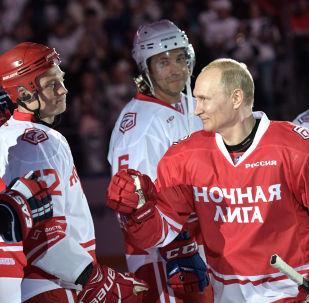 Putin'in takımında Rusya Savunma Bakanı Sergey Şoygu'nun yanı sıra Vyaçeslav Fetisov ve Pavel Bure gibi eski Rus hokey yıldızları yer aldı.