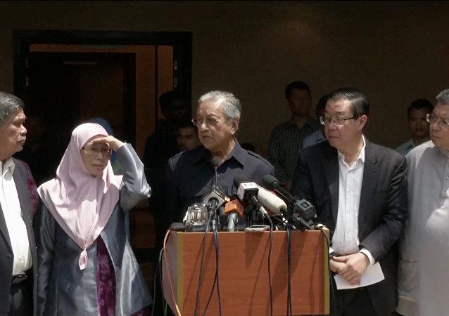 Yeniden başbakan seçilip yemin ederek göreve başlayan Mahathir Muhammed, Muhammed Sabu, Wan Azizah Wan İsmail ve Lim Guan Eng ile basın toplantısı düzenledi.