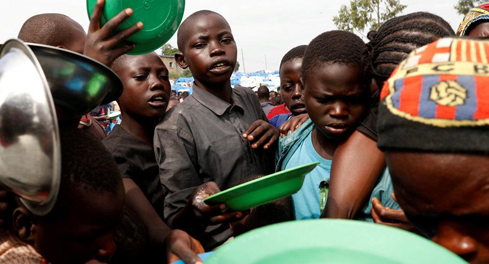 Kongo Demokratik Cumhuriyeti'nde çatışmalar yüüznden yerinden yurdundan olanlar için Ituri/Bunia'daki kampta yiyecek dağıtılıyor.