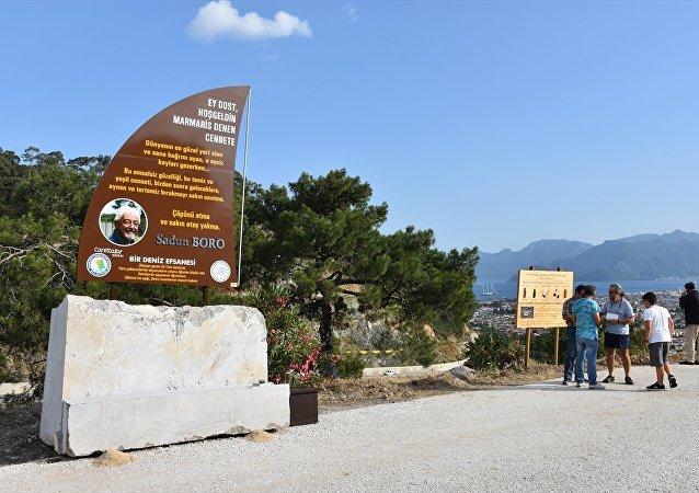 Muğla'nın Marmaris ilçesine, yelkenli teknesiyle dünya turu yapan ilk Türk denizci Sadun Boro için anıt yapıldı.