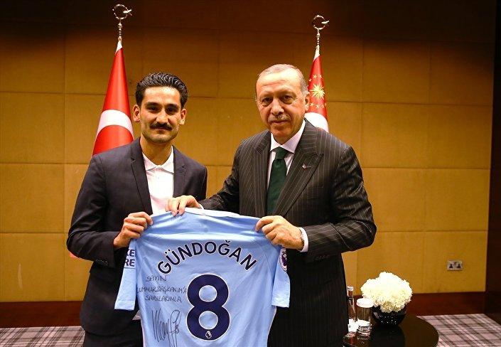 İlkay Gündoğan ve Cumhurbaşkanı Recep Tayyip Erdoğan.