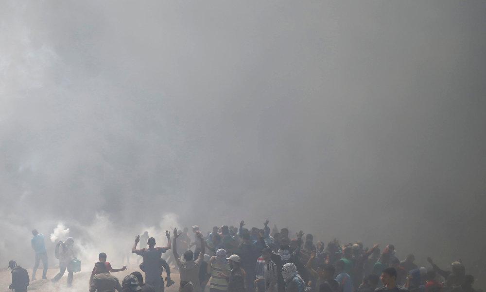 ABD'nin Kudüs Büyükelçiliği'nin bugün açılmasına yönelik Gazze sınırında protesto düzenleyen Filistinlileri İsrail ordusu göz yaşartıcı gaza boğdu. Filistinliler de gerçek mermiyle ateş eden İsrail keskin nişancılarından ve İHA'larından korunmak için lastik yakıyor. Gazze sınırı tümüyle duman altında.