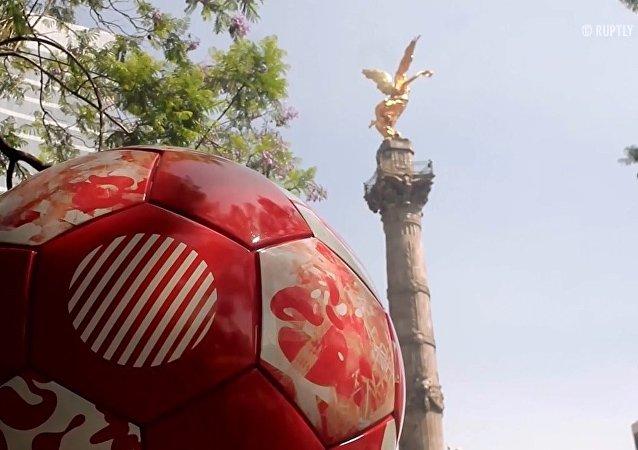 Meksika'dan FIFA 2018 dev futbol topu sergisi