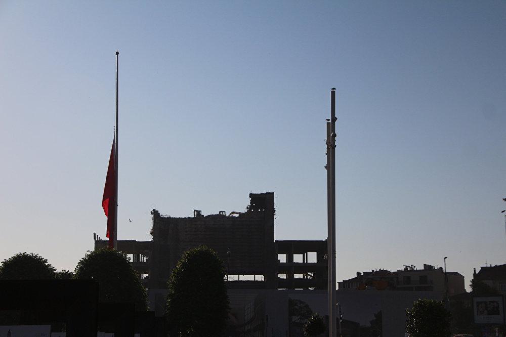 Kudüs için bayraklar yarıya indirildi