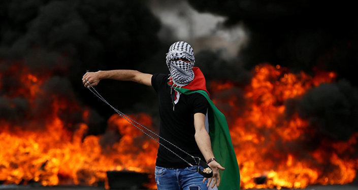 Batı Şeria, Ramallah, Beyt El'deki Nakba protestosunda sapanlı Filistinli
