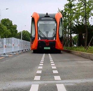 Çin'de dünyanın ilk raysız otonom treni test edildi