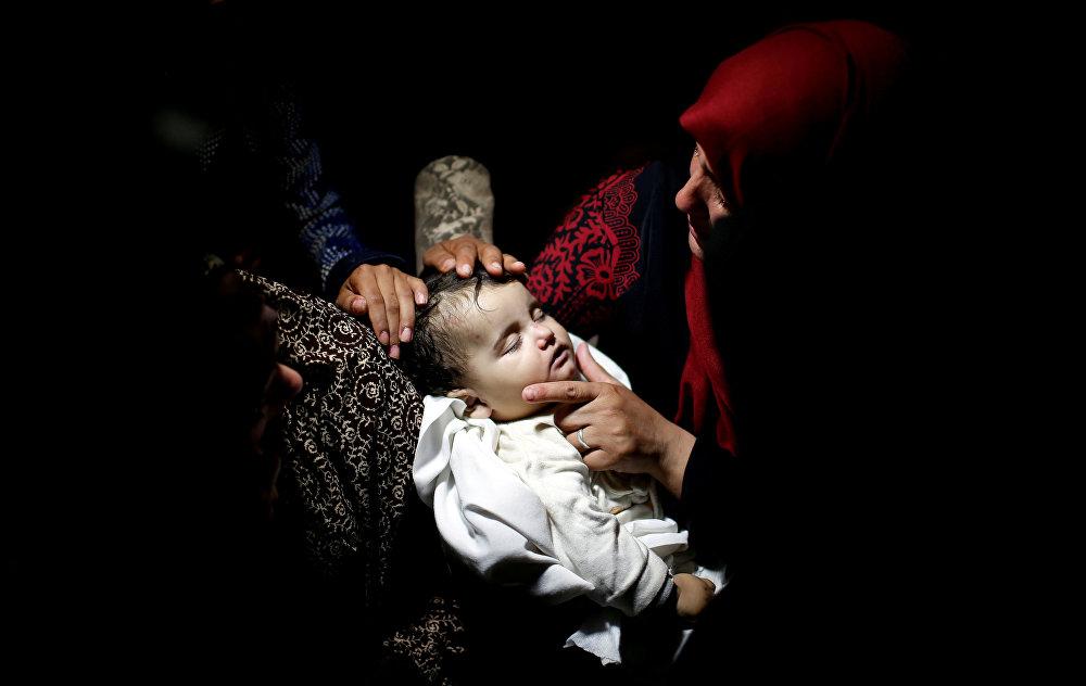İsrail, 2 gün önce Gazze sınırında ABD'nin büyükelçiliğini Kudüs'e taşımasını protesto ederek barışçı gösteri düzenleyen Filistinlilere yönelik katliam yaptı, 8'i çocuk 60 kişi hayatını kaybetti. Haaretz'in aktardığına Gazzeli sağlık yetkilileri ilk açıklamasında 8 aylık Leyla Gandur adlı bebeğin İsrail güçlerinin attığı göz yaşartıcı gaz bombalarından etkilenerek hayatını kaybettiğini duyurdu. Adını vermek istemeyen bir doktor bebeğin önceden var olan bir rahasızlığa sahip olduğunu ve gazdan etkilenmesi sonucu öldüğüne inanmadığını söylese de konu hakkında Gazze merkezli insan hakları örgütü El Mezan'ın incelemeleri sürüyor.
