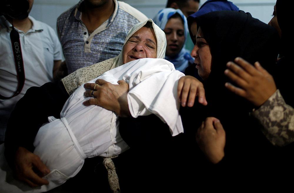 Leyla'nın anneannesi Heyam Ömer de İsrail güçlerinin, gösteriler sırasında çocuk ve bebeklere aldırış etmeden gerçek mermi ve göz yaşartıcı gaz kullandığını anlatarak, İşgal güçleri göz yaşartıcı gaz bombaları atmaya başladığında onu korumak istedim, eve getirdim. Bebeğin rengi değişmişti. Koşarak hastaneye götürdüm ancak doktorlar göz yaşartıcı gaz bombaları nedeniyle şehit olduğunu söyledi dedi.  Ömer, İsrail'in, barışçıl gösteri düzenleyen Filistinlilere yönelik katliamlarının hesabını vermesini istedi.