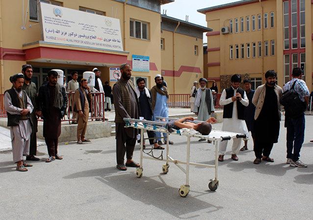 Afganistan hava kuvvetlerinin Kunduz'daki saldırısında yaralanan bir çocuk