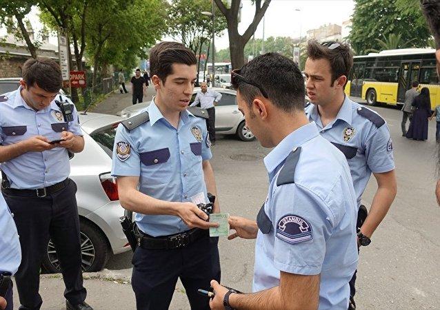 Fatih'te, henüz belirlenemeyen nedenle yola saçılan dövizin bir bölümünü toplayan Irak uyruklu şahıs, paraları polise teslim etti.