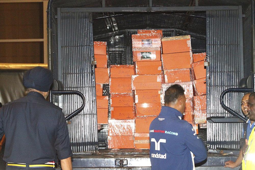 Bukit Aman Ticari Suçları Araştırma Bürosu (CCID) Amiri Amar Singh, basına yaptığı açıklamada, Necip'in apartman dairelerinde yapılan aramaların 1MDB soruşturmasıyla ilgili olduğunu söyledi. Polis çok sayıda nakit para ve mücevherin bulunduğu 72 adet bavula ve içinde Hermes, Birkin ve Louis Vuitton gibi lüks markaların çantalarının bulunduğu 284 kutuya el konulduğunu duyurdu. Polis amiri Amar, apartmanlardaki aramaların sona erdiğini ancak operasyonların devam edeceğini kaydetti.