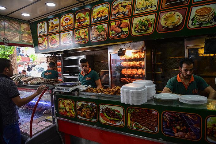 Gaziantep'in en işlek, en kalabalık sokakları sadece Suriyelilerin çalıştığı ve Arapça menüyle hizmet veren restoranlardan geçilmiyor.