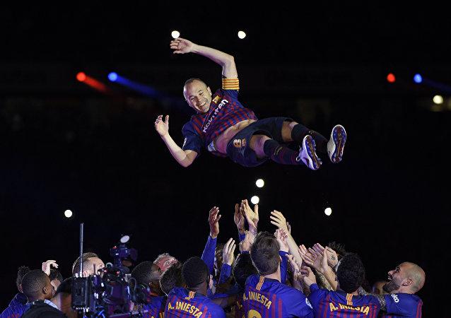 Son maçında Barcelona'daki takım arkadaşları Iniesta'yı ellerinin üzerinde havaya fırlattı.