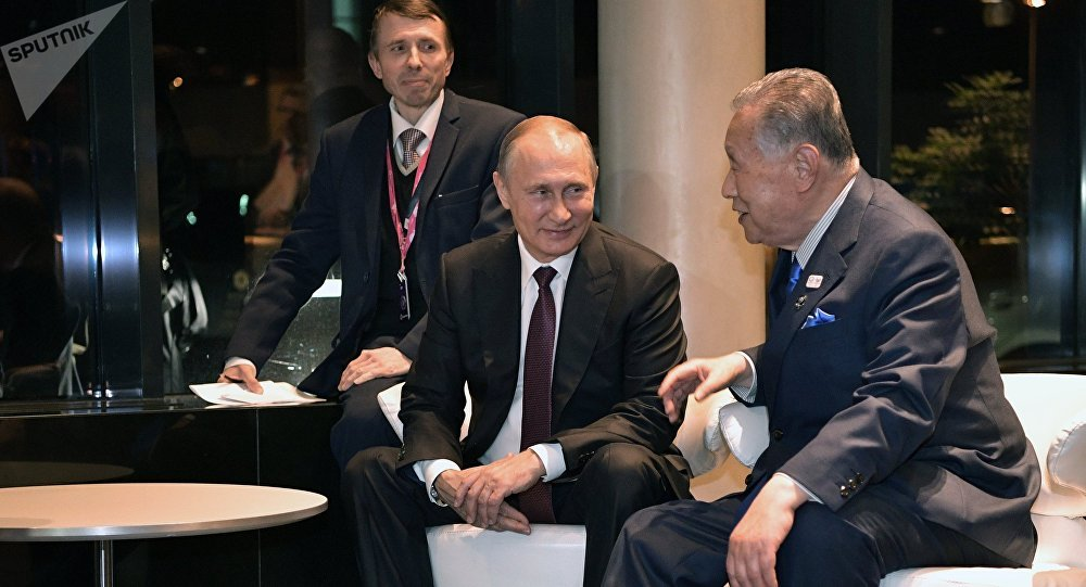 Russian President Vladimir Putin and former Japanese Prime Minister Yoshiro Mori, right, during their meeting. File photo