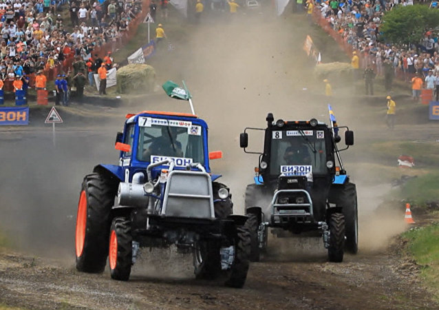 Rusya'daki traktör yarışından etkileyici görüntüler