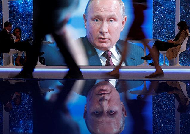 St. Petersburg Uluslararası Ekonomi Forumu'ndaki (SPIEF) dev ekranlarda Vladimir Putin