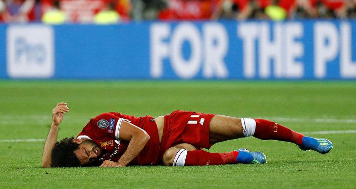 Liverpool'un yıldız oyuncusu Salah, 39. dakikada sakatlanmasının ardından maçı göz yaşlarıyla terk etti.
