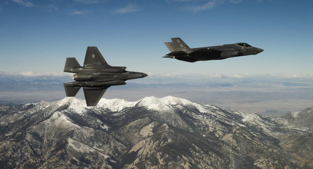 Американские истребители F-35A Lightning II во время тренировочного полета в штате штата Юта, США