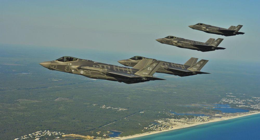 Американские истребители F-35A над побережьем Флориды