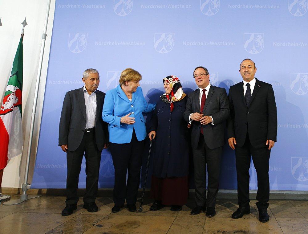 Almanya'nın Solingen kentinde 25 yıl önce düzenlenen ırkçı saldırıda 5 Türk vatandaşının hayatını kaybetmesinin üzerinden tam 25 yıl geçti.  Faciada ölenlerin anısına bugün Düsseldorf kentinde yapılan anma törenine Almanya Başbakanı Angela Merkel, Dışişleri Bakanı Mevlüt Çavuşoğlu, Kuzey Ren-Vestfelya Başbakanı Armin Laschet ile saldırıda yakınlarını kaybeden Mevlüde Genç ile Durmuş Genç katıldı.