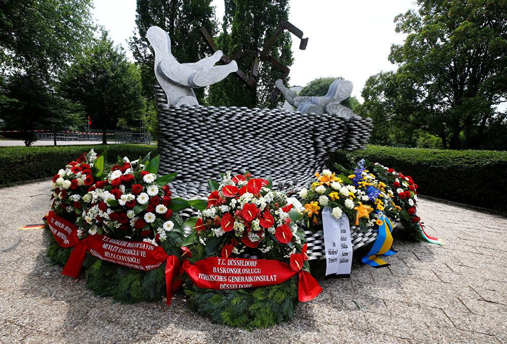 Eyalet Başbakanı Laschet de facianın sadece tarih kitaplarında yer almayacağını, nefret ve yabancı düşmanlığı konusunda ders çıkarılacak öğretiler olduğunu belirtti.  İnsanın acıyı unutamadığını vurgulayan Laschet, Sizin yanınızdayız. Kim çocuğunu kaybederse ölene kadar onu unutmaz. 25 yıl da geçse 50 yıl da geçse. Hafızalarınızdan kaybolmaz dedi. Laschet konuşmasını Türkçe olarak, Sevgidir insanı yaşatan ifadesini kullanarak sonlandırdı.