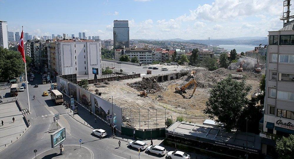 Atatürk Kültür Merkezi (AKM) projesi kapsamında eski binanın yıkım çalışması tamamlanırken, hafriyat kaldırma çalışmaları devam ediyor.