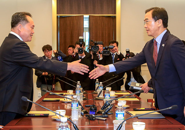 Güney Kore Birleştirme Bakanı Cho Myoung-gyon ve Kuzey Koreli mevkidaşı Ri Son Gwon, Panmunjom'daki görüşmelerde tokalaşırken