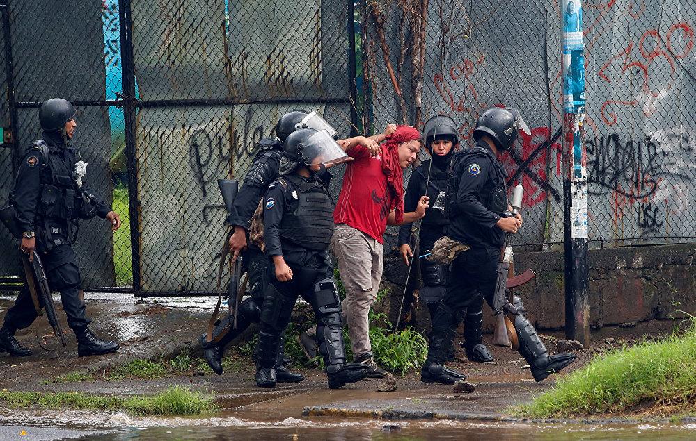 Dün yaşananları muhalefetin 'komplosu' olarak nitelendiren ve muhalefetin amacının insanları terörize etmek olduğunu savunan Ortega ise Hükümete yakın şok grupları ya da paramiliterler yok. Bu nedenle bu tarjik ve acı verici olayları provoke ettiğimiz suçlamasını kabul edemeyiz. Biz provoke etmedik ve asla etmeyeceğiz dedi. Ulusal Polis direktörü yardımcısı Francisco Diaz ise 'suç gruplarının' Managua'da hükümet yanlılarının eylemine 'ateşli silah ve havan topu' ile saldırdığını ve açılan ateşte 7 kişinin öldüğünü ve 20'si polis 91 kişinin yaralandığını söyledi. Muhalefet ise çarşamba günü hükümet yanlısı eylemcilerin, eylemlerde evlatlarını kaybeden annelere destek için yapılan yürüyüşe ateş açması sonucu en az 1 kişinin öldüğünü duyurmuştu.