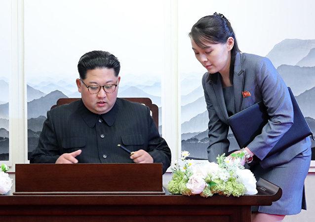Sınırın güney tarafındaki barış evinde Güney Kore Devlet Başkanı Moon Jae-in ile biraraya gelen Kuzey Kore lideri Kim Jong-un'a (solda) kız kardeşi Kim Yo-jong eşlik etmişti.